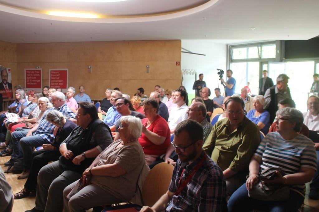 Circa 100 Bürgerinnen und Bürger kamen zur Veranstaltung.