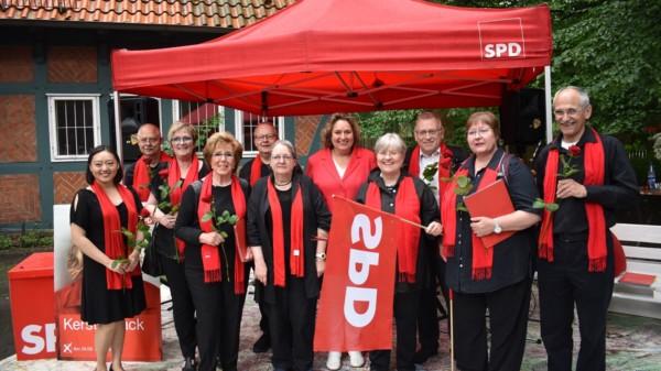 Kerstin Tack mit den Lister RotHEUTEn unter einem Pavillon am Falken-Jugendzentrum