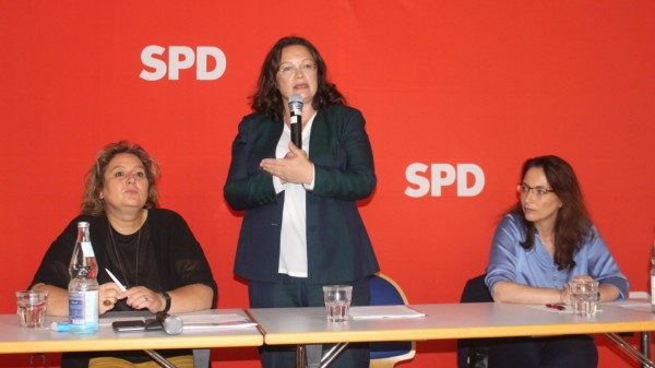 Andrea Nahles, Kerstin Tack und Yasmin Fahimi auf dem Podium