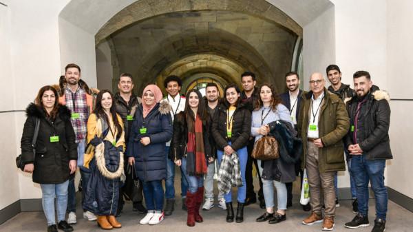 Auf dem Bild ist die Besuchergruppe zu sehen, die im Bundestag nebeneinander steht